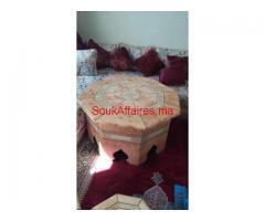 Une Table ronde et ses cendriers